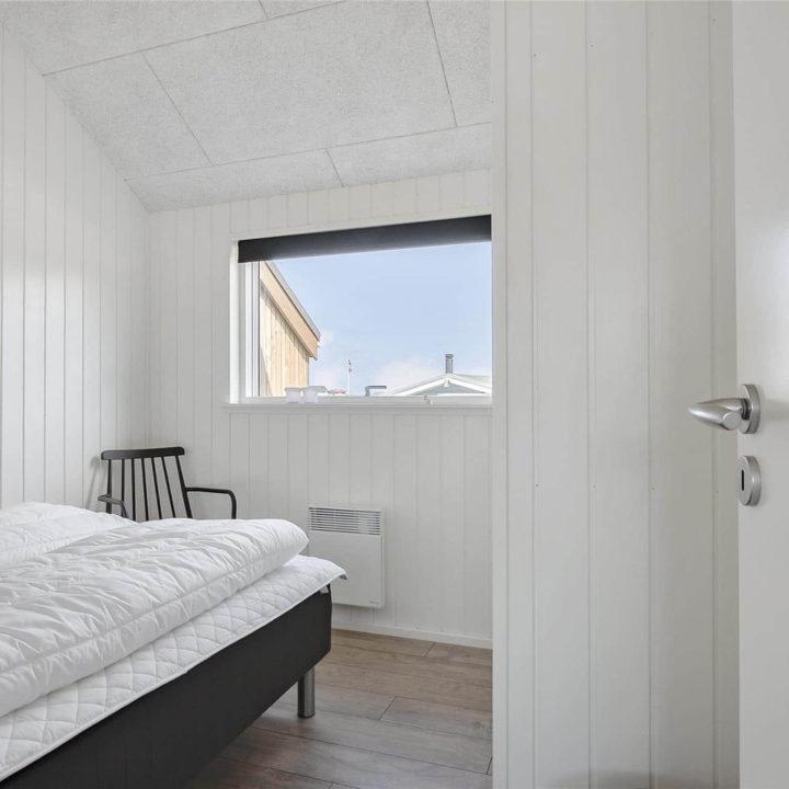 Slaapkamer met tweepersoons bed, onopgemaakt