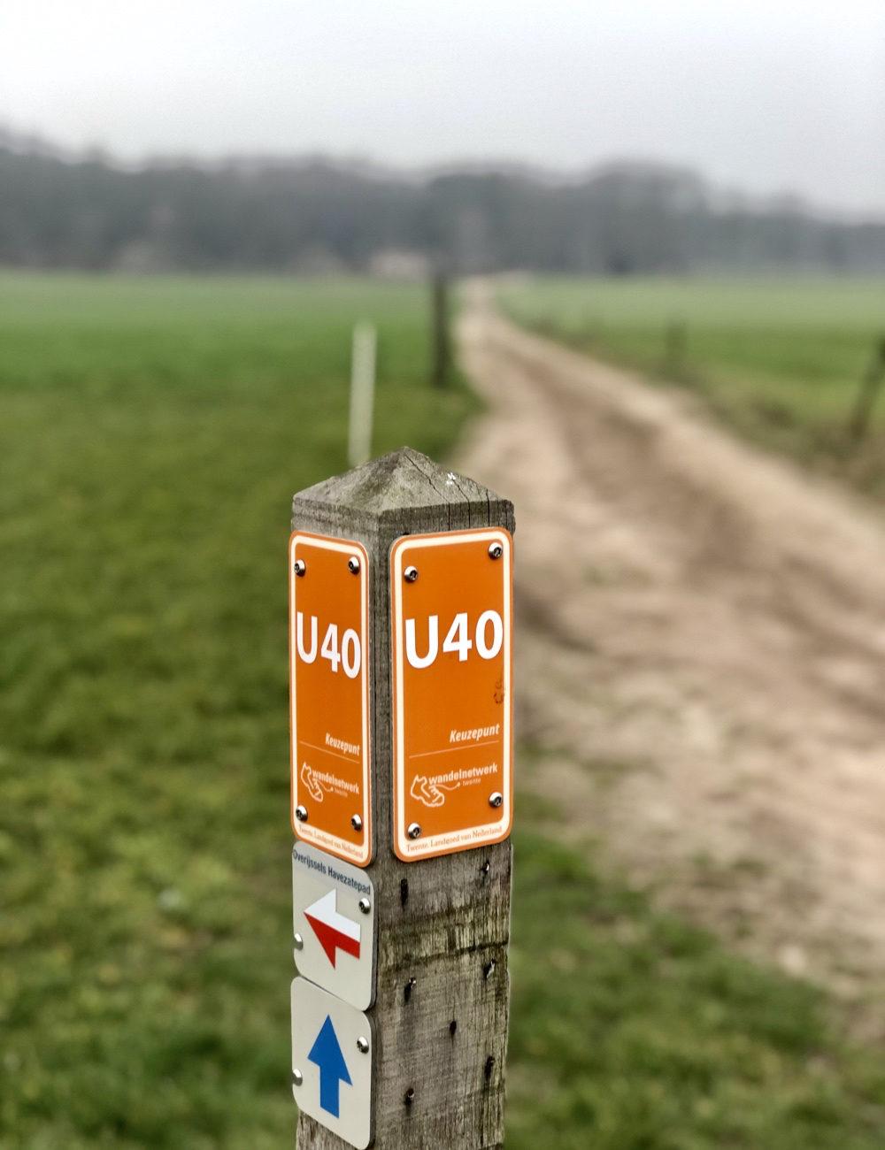 Aanduiding van wandelroute met wandelpad erachtrer