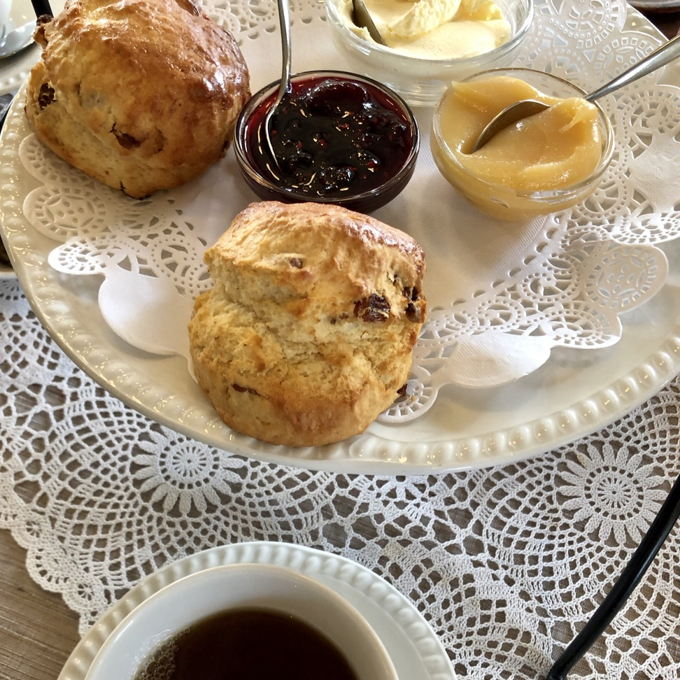 Scones met jam, lemon curd en dotted cream
