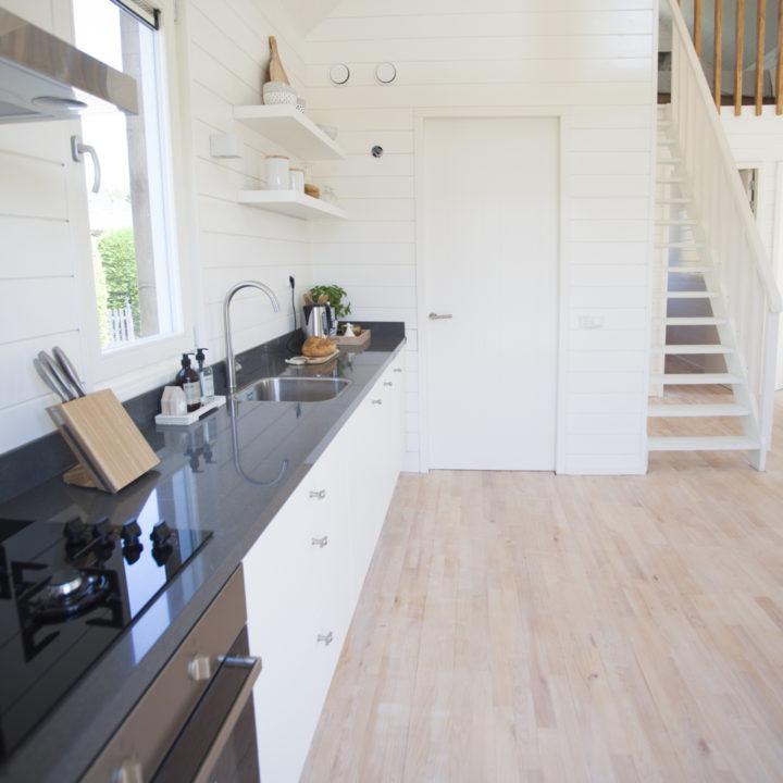 Open keuken en trap naar vide