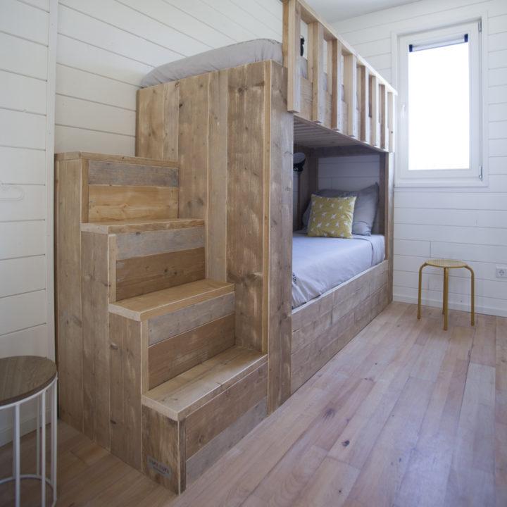 Stapelbed van steigerhout met robuuste trap
