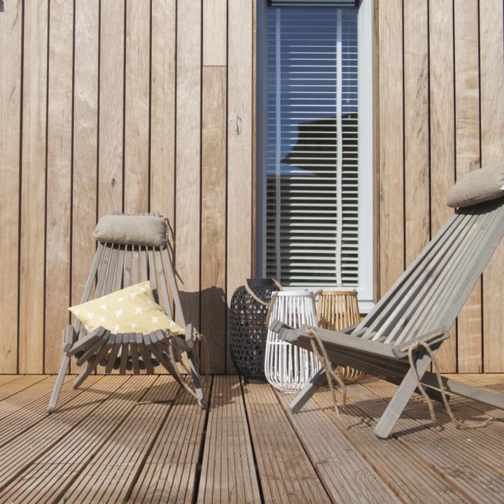 Houten vlonders met twee houten stoelen