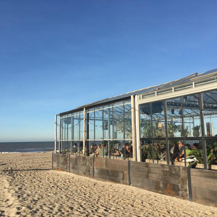 Strandtent in vorm van een kas op het strand