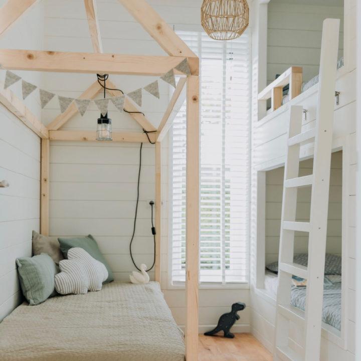 Kinderslaapkamer met stapelbed en huisjesbed