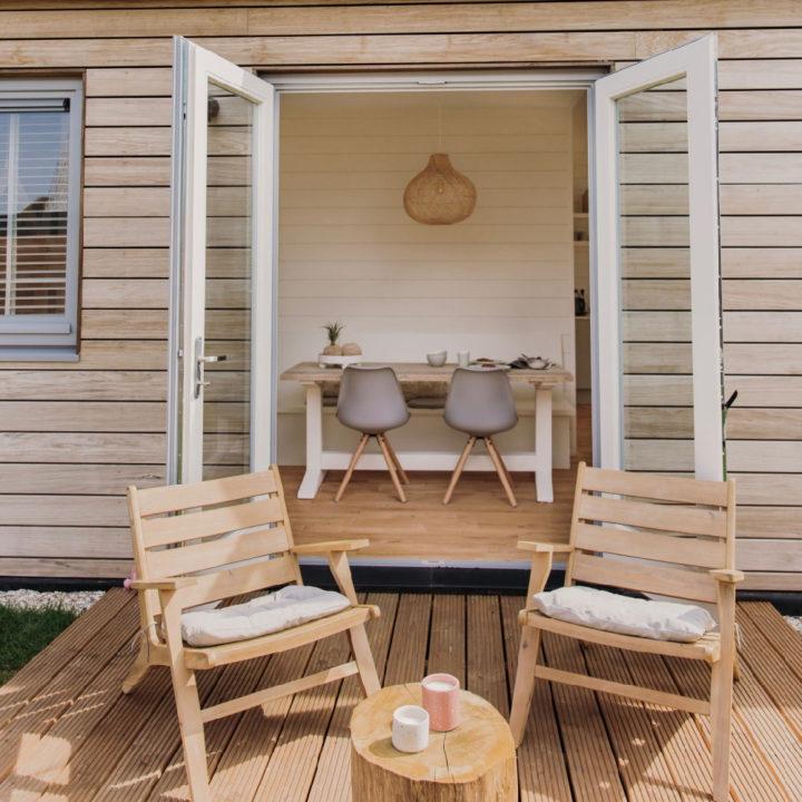 Openslaande deuren met twee stoeltjes op het terras