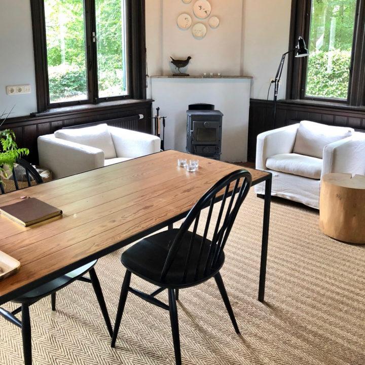 Sisal vloerbedekking met houten tafel en linnen fauteuils