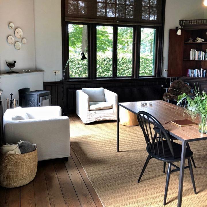 Basic chic ingerichte woonkamer met zithoek en eettafel
