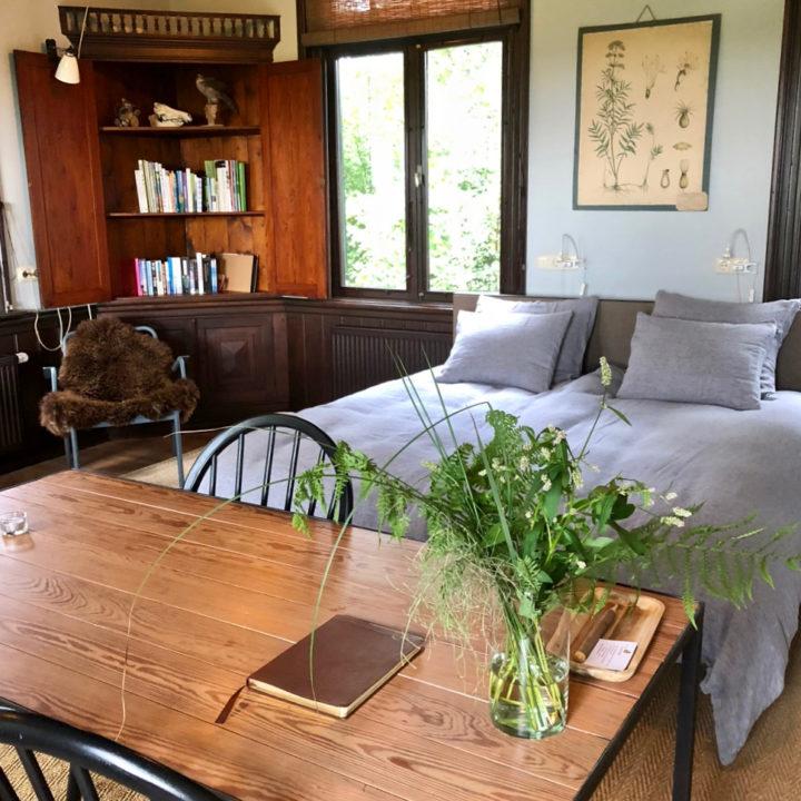 Eethoek en tweepersoons bed in het vakantiehuis