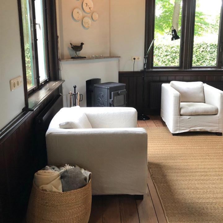 Twee fauteuils bij een houtkachel