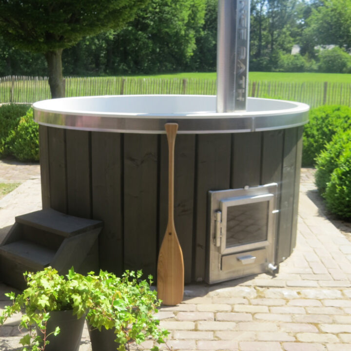 Hot tub met houten spaandel ernaast