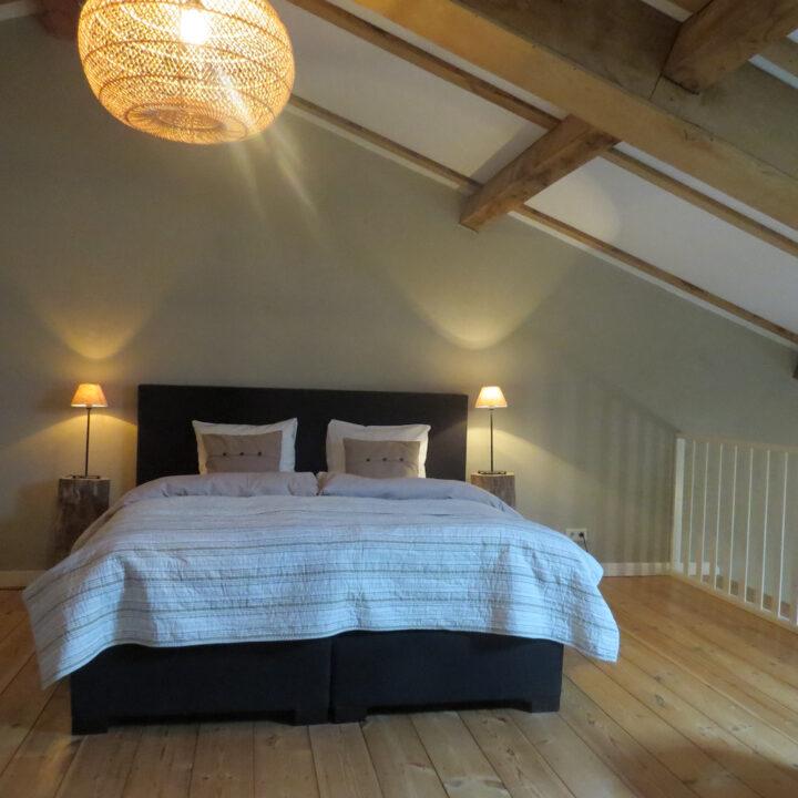 Tweepersoons bed in de loft