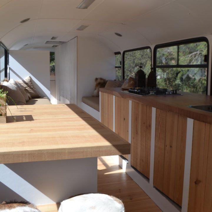 Eettafel en keukenblok in verbouwde Mercedes schoolbus