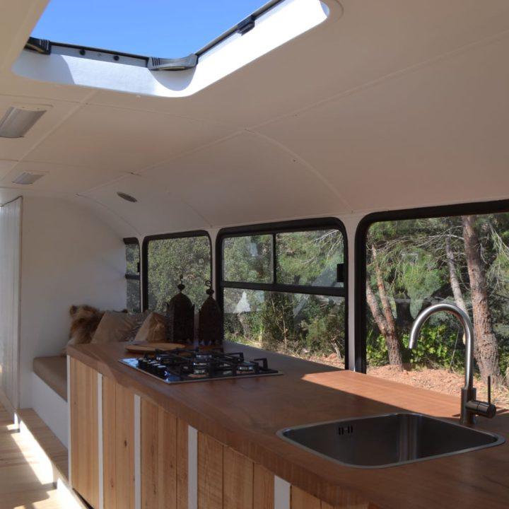 Keukenblok van drie meter, voor de ramen van de bus