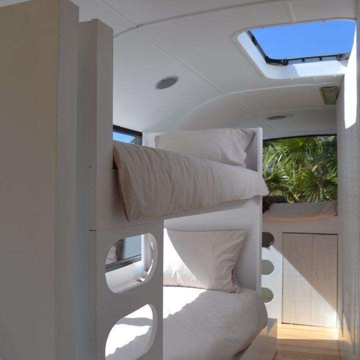 Stapelbed in de bus, alles in het wit