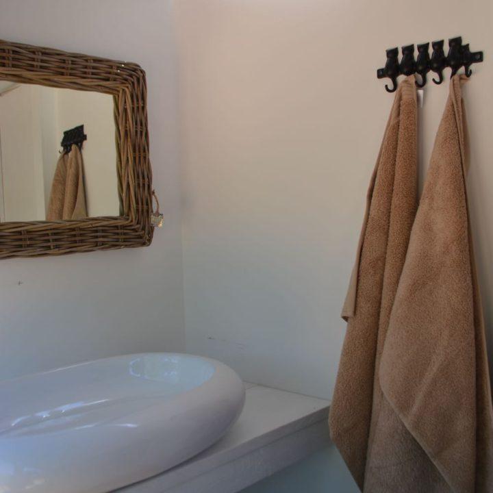 Wastafel en handdoeken aan haakjes
