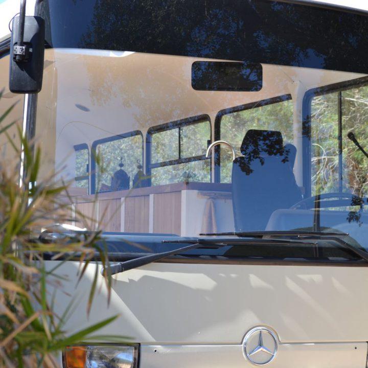Oude Mercedes schoolbus omgebouwd tot accommodatie