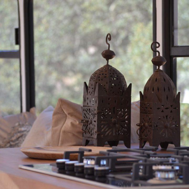 Gasfornuis met houten aanrechtblad en twee lantaarns