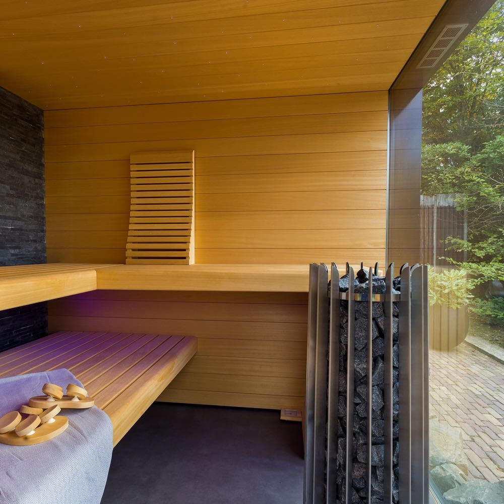 Sauna met grote glazen gevel en uitzicht op de tuin