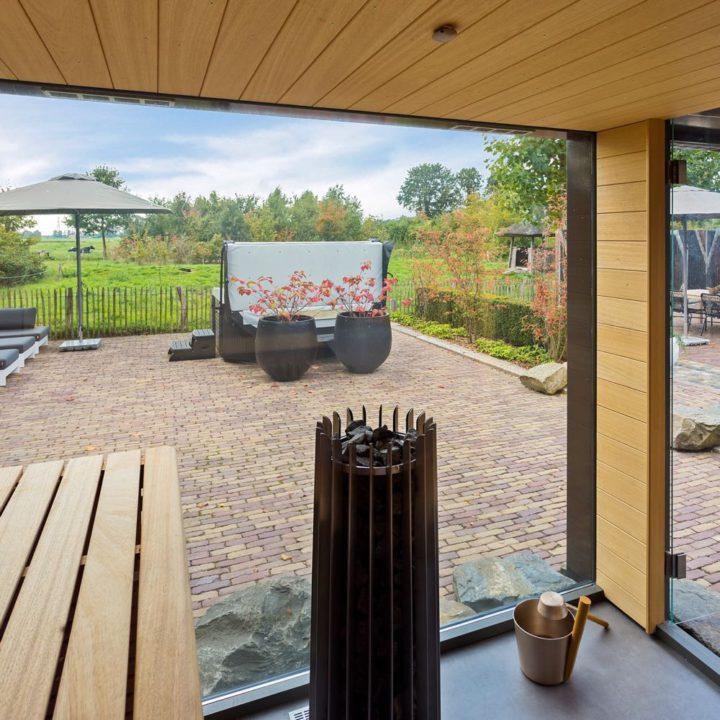 Zicht vanuit de sauna naar de tuin
