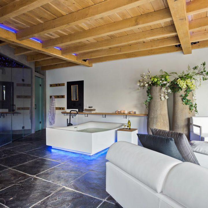 Overzicht van de luxe privé wellness met bad, douche en relaxruimte