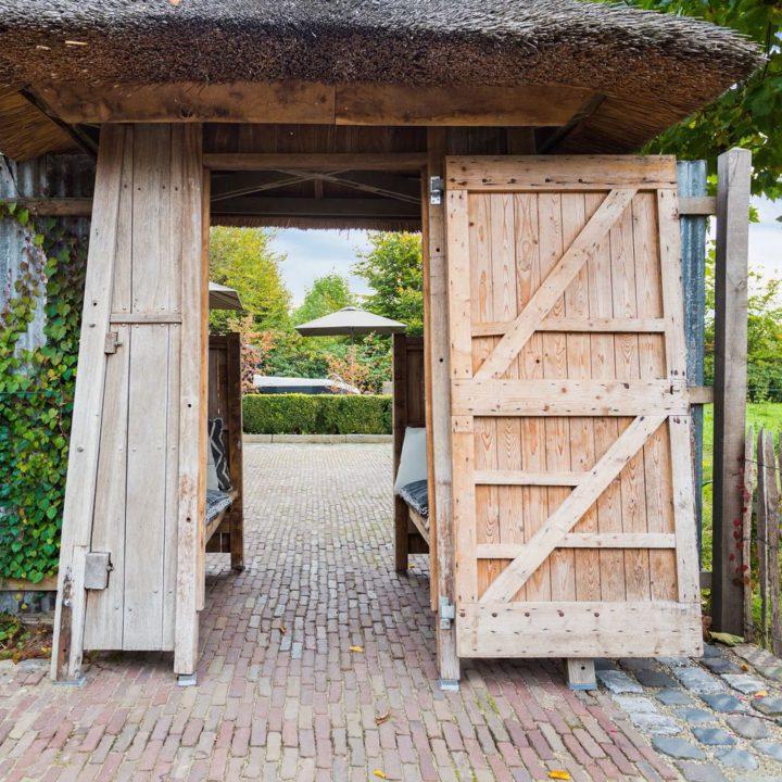 Houten deur als toegang naar de wellness