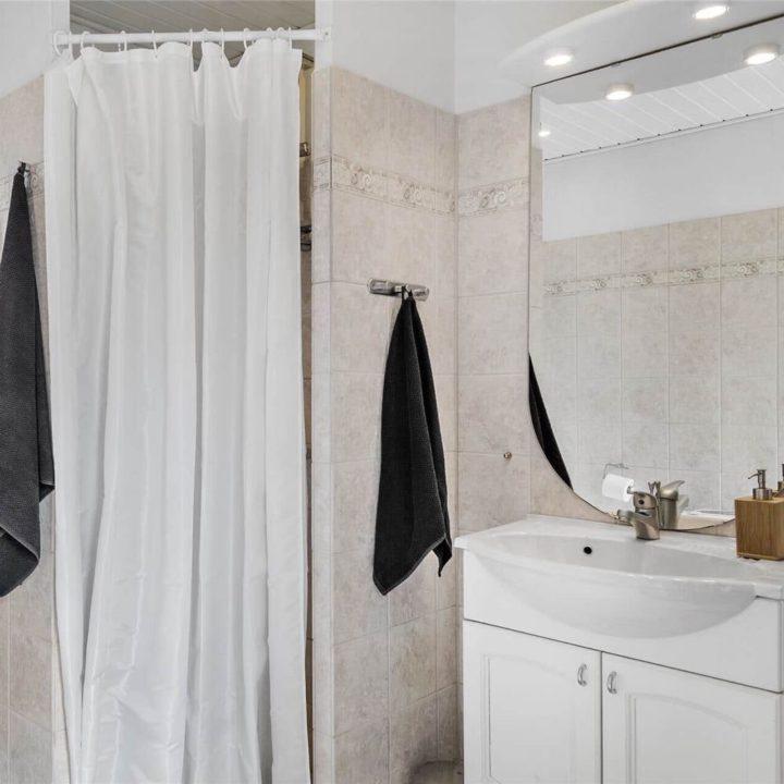Badkamer met wasmeubel en douche