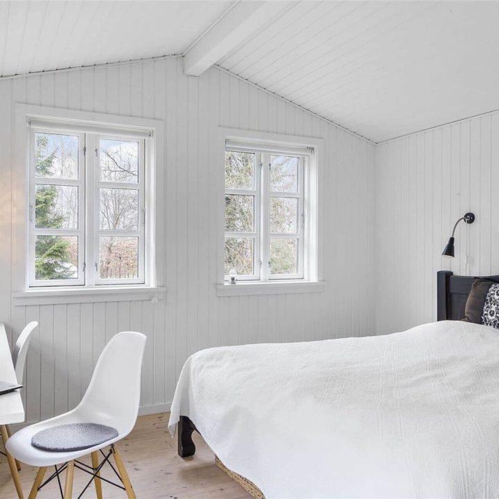 Witte slaapkamer, met houten wanden