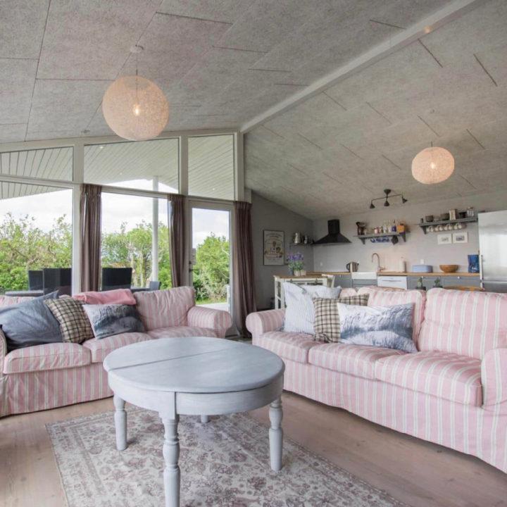 Zithoek met twee roze banken en een grijze salontafel
