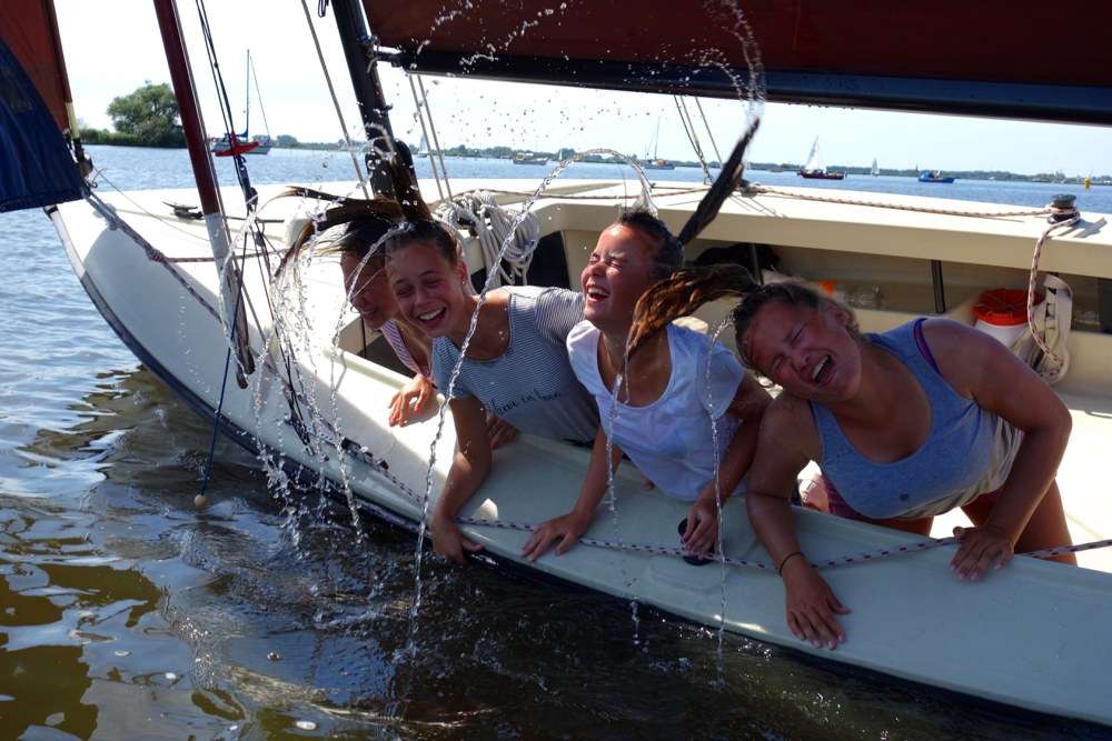 Waterpret met vier meisjes in een zeilboot