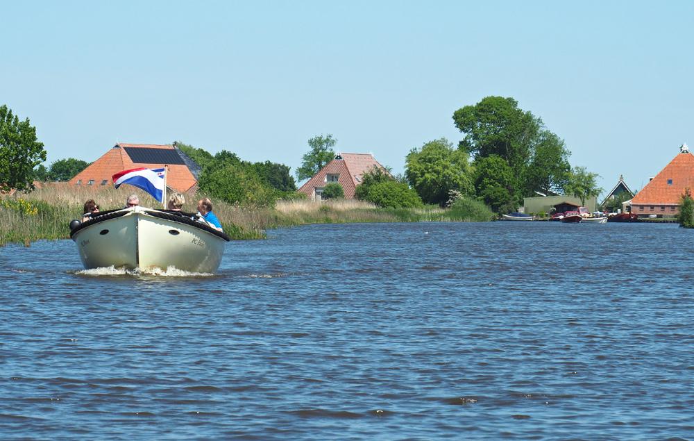 Een sloep op het water in Friesland