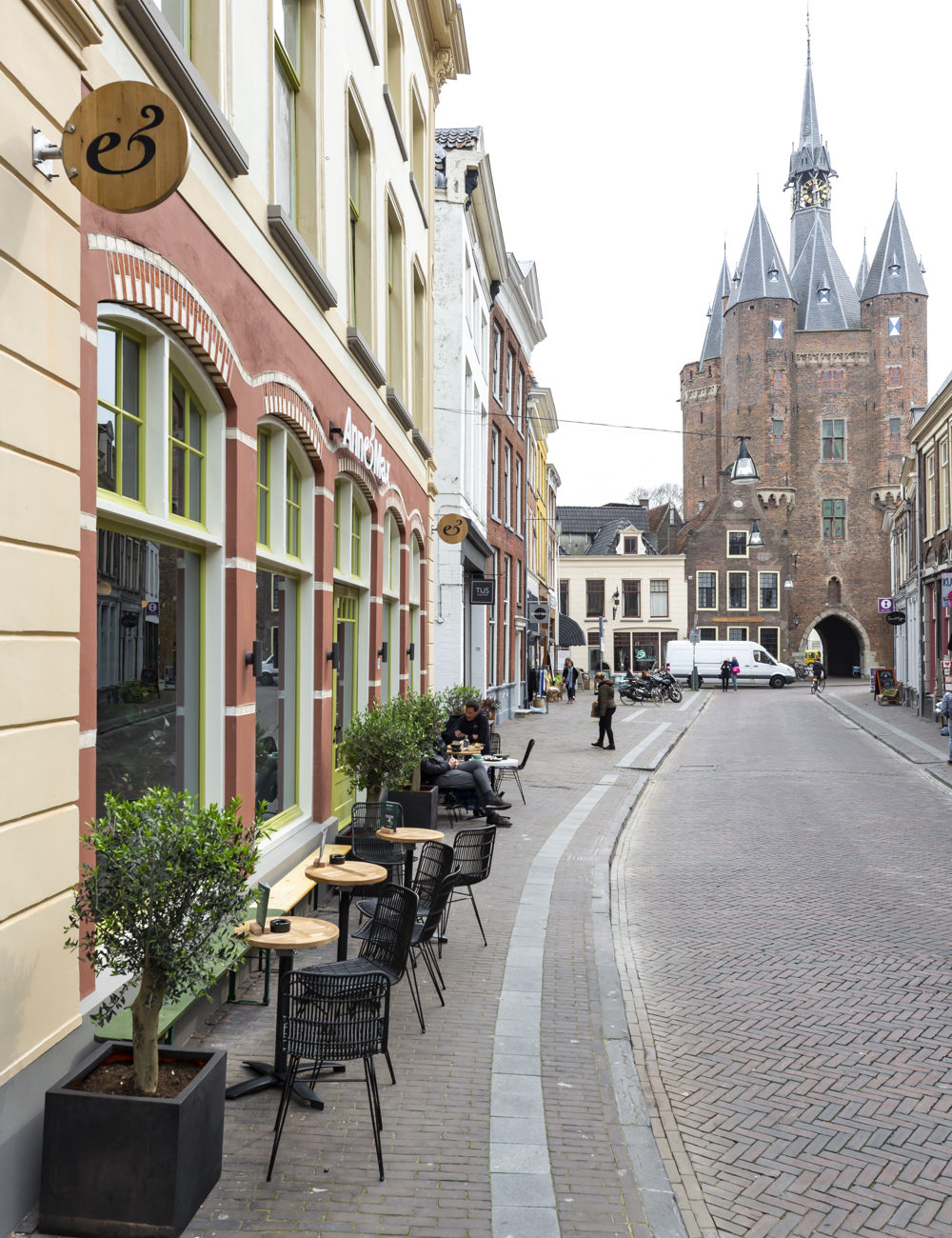 Anne&Max in de Sassenstraat, met zicht op de historische stadspoort