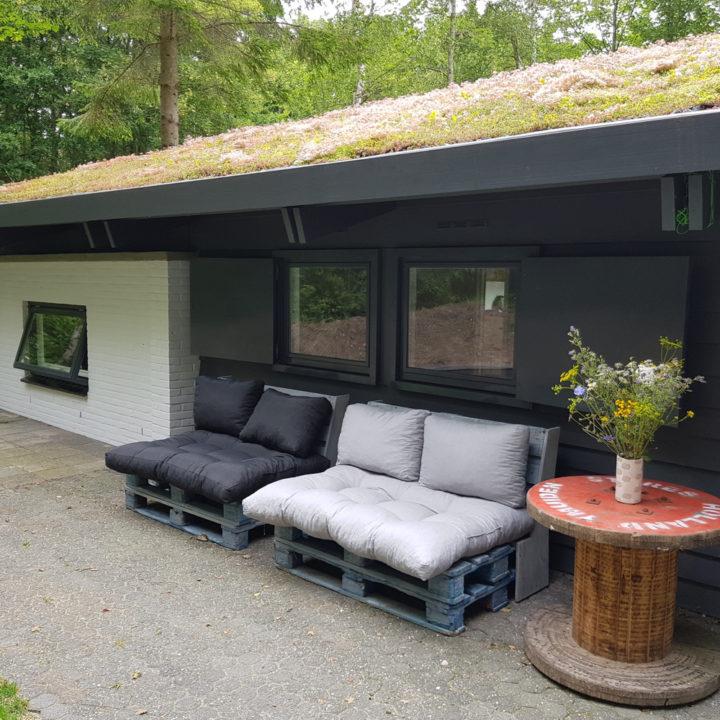 Loungebanken bij het vakantiehuis in Lauwersoog
