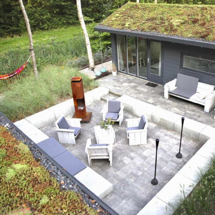 Zithoek in de tuin van het vakantiehuis in Lauwersoog van bovenaf