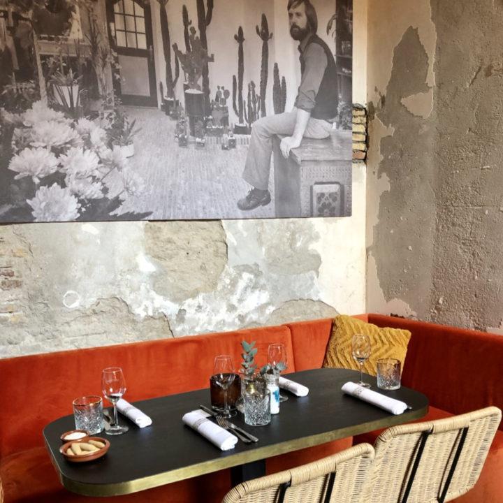 Stoere muren en comfortabele zitjes in het restaurant