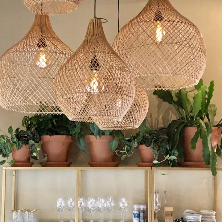 Rieten hanglampen boven de tafels