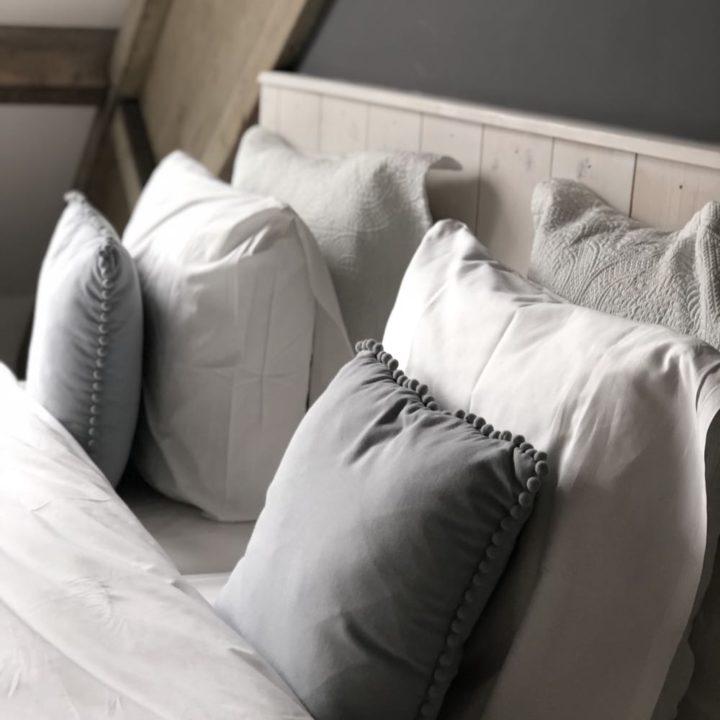 Kussens in de bed and breakfast kamer