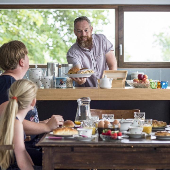 Vakantiegangers aan de ontbijttafel
