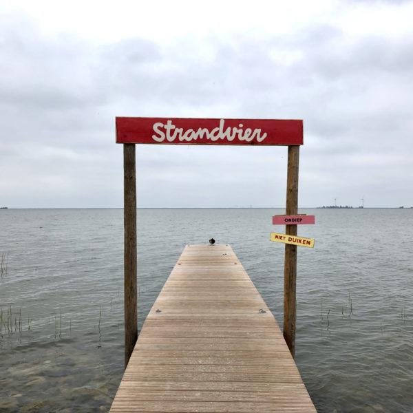 Steiger met naambordje Strandvier