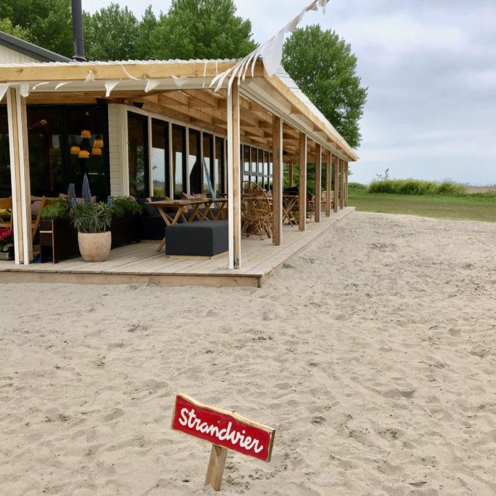 Overdekt terras bij Strandpaviljoen Strandvier