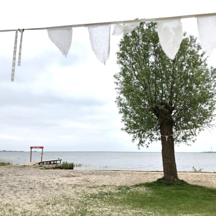 Vlaggetjes op het strand aan het IJsselmeer