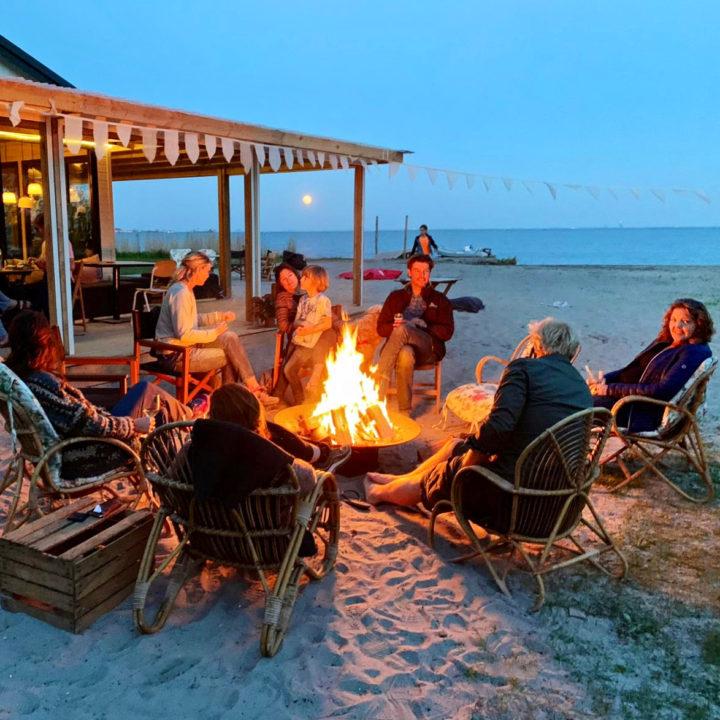 Kampvuur op het strand aan het IJsselmeer