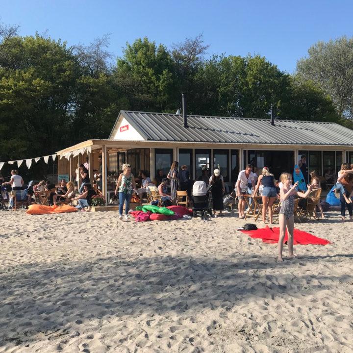 Strandpaviljoen aan het IJsselmeer