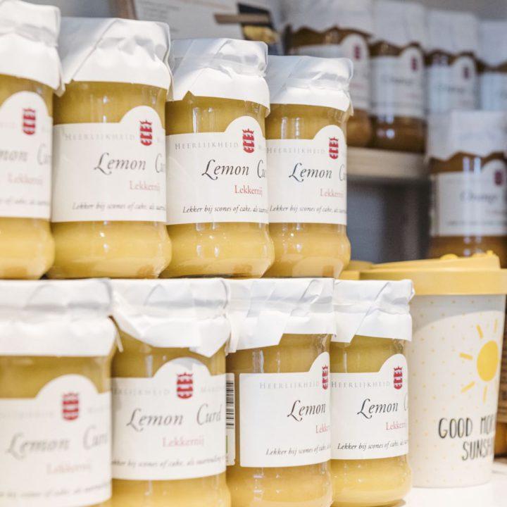Potjes met Lemon Curd op de schappen van de landgoedwinkel