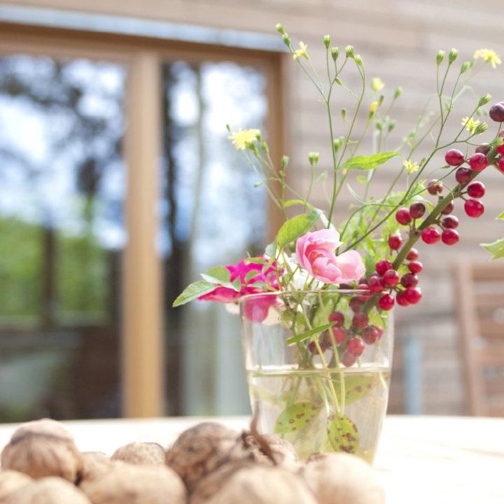 Verse bloemen op het terras van de boomhut