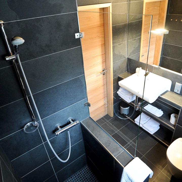Moderne badkamer in een boomhut