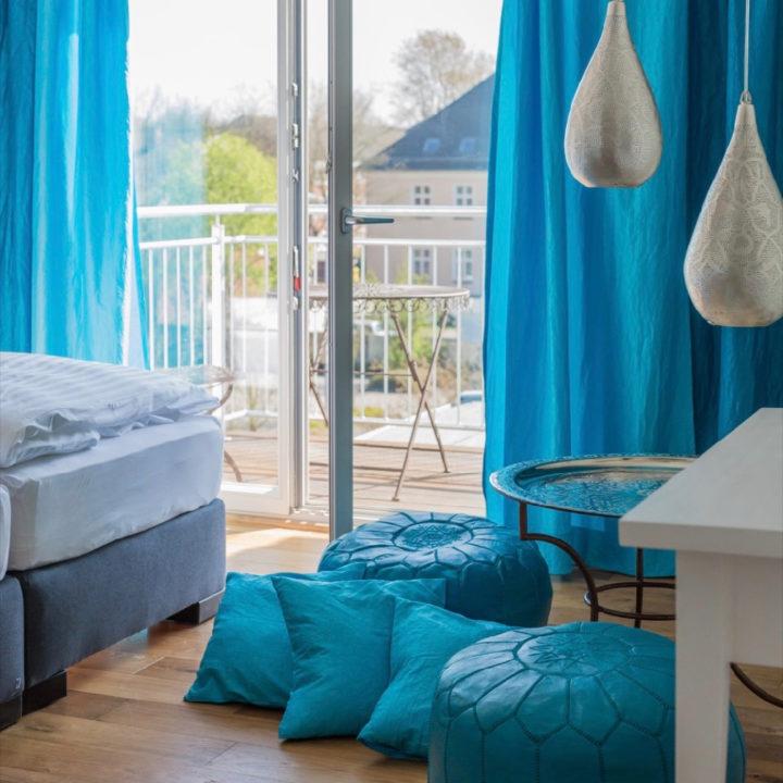 Aquablauwe hotelkamer
