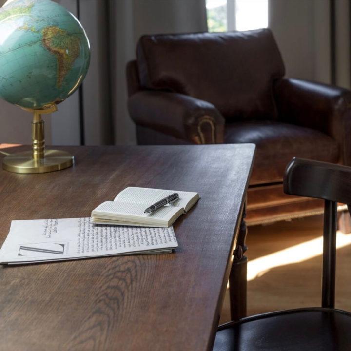 Bureau met opschrijfboek in een hotelkamer