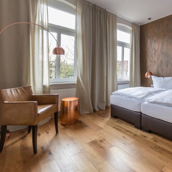 Moderne hotelkamer met warme tinten