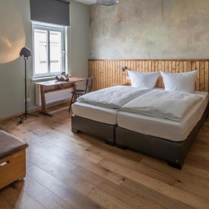 Tweepersoonsbed in een hotelkamer