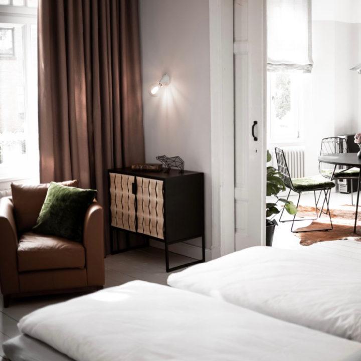Doorkijkje van slaapkamer naar eethoek van een vakantie appartement